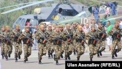 Сүрөттө: Канттагы базада кыргыз-орус коопсуздук күчтөрүнүн биргелешкен машыгуусу, 12-август, 2012-жыл