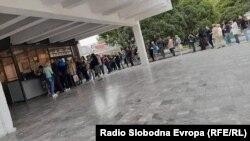 """Кумановци чекаат во редица за да купат билети за Меѓународниот театарски фестивал """"Денови на комедија""""."""