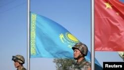 """Казахские и китайские солдаты стоят во время церемонии отркытия военных учений """"Миссия мира - 2010"""". Матыбулак, 13 сентября 2010 года."""