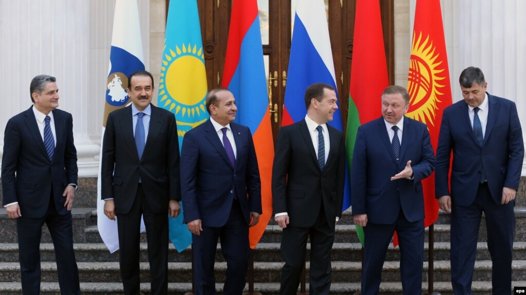 Russia -- Paricipants pose for a picture during the Eurasian Intergovernmental Council meeting at the Gorki residence outside Moscow, April 13, 2016
