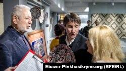 Крымскотатарский художник Мамут Чурлу (слева) на выставке «Крымское соцветие». Симферополь, февраль 2019 года