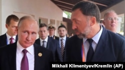 Rusiya prezidenti Vladimir Putin (solda) və maqnat Deripaska Vyetnamda keçirilən APEC sammitində