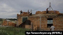 Строительство дома (архивное фото)
