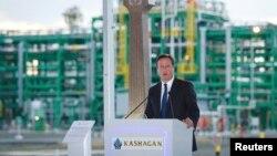 Британский премьер-министр Дэвид Кэмерон выступает с речью перед нефтяниками на Кашагане. 30 июня 2013 года.