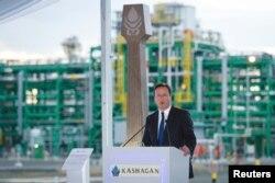 Ұлыбритания премьер-министрі Дэвид Кэмерон Қашаған мұнай кенішінде сөйлеп тұр. Атырау, 30 маусым 2013 жыл.