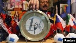 Брюссель. Поблизу штабквартири ЄС у дні саміту продають сувеніри у вигляді євро. 8 грудня 2011 року