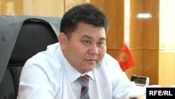 Former Kyrgyz Prosecutor-General Elmurza Satybaldiev has been accused of meeting with Janysh Bakiev, the fugitive brother of ousted President Kurmanbek Bakiev.
