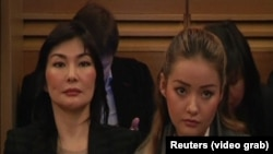Жена Аблязова Алма Шалабаева (слева) с дочерью Мадиной Аблязовой на судебном заседании во Франции. 9 января 2014 года.