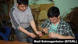 """Шыбықтан себет тоқып отырған """"GreenTal"""" шеберлері. Астана, 31 наурыз 2016 жыл."""