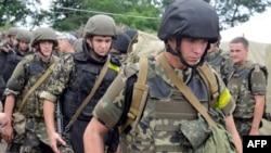 Українські військові у таборі недалеко від Ізюма під час підготовки до ротації у Донецьк, 15 липня 2014 року