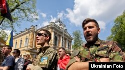 Активісти «Правого сектору» вимагали біля будівлі Адміністрації президента роз'яснити ситуацію з блокування бази добровольчого корпусу в Дніпропетровській області. Київ, 29 квітня 2015 року