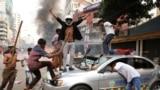 Актывісты Нацыяналістычнай партыі Банглядэшу разьбіваюць паліцыйнае аўта падчас беспарадкаў у сталіцы краіны Дацы, 14 лістапада.