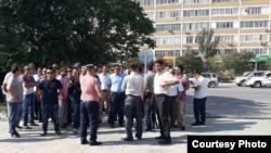 Активисты организации «Локальный профсоюз Тупкараган» стоят у здания суда. 8 сентября 2016 года.