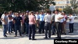 НСС компаниясы жұмысшылары сот ғимараты алдында тұр. Маңғыстау облысы, 8 қыркүйек 2016 жыл.