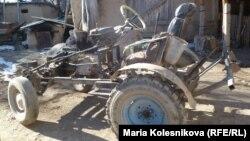 Бақтыбек Күпешов ескі бөлшектерден құрастырған трактор.