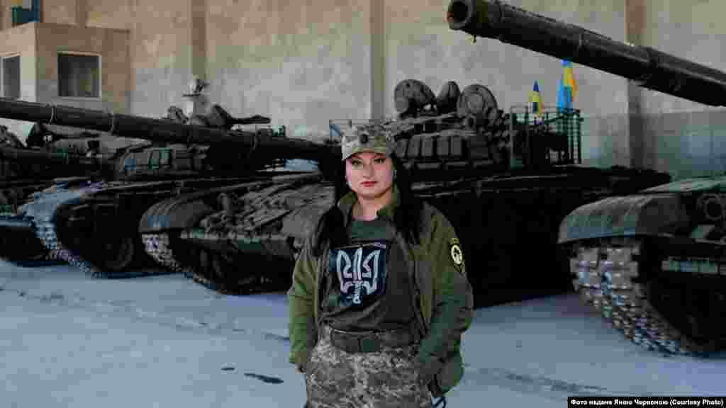 Яна Червона,46-й окремий штурмовий батальйон «Донбас-Україна» (раніше – 54-а ОМБр): «Особливо страшно було почути вперше: «В нас 200-й». Саме я приймала цей сигнал. Потім друге повідомлення: «В нас 200-й». Ми не знали навіть, хто саме загинув, група тоді розбилася і хлопці втратили одне одного з виду. Потім іще одне таке повідомлення. І я сиділа й не знала, кого вже немає в живих, а хто повернувся в бліндаж... Далі повідомлення в ефірі стали уривчастими, з криками, і взагалі неможливо було зрозуміти, що там відбувається».