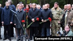 Помічник президента Росії Владислав Сурков (Л) на відкритті пам'ятника «героям Донбасу»