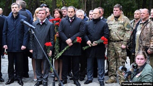 Помощник президента России Владислав Сурков (слева) на открытии памятника «героям Донбасса»