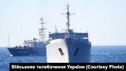 Разведывательный корабль «Приазовье» проекта «864» Черноморского флота России во время спецоперации ВМС Украины в Азовском море (на заднем плане)