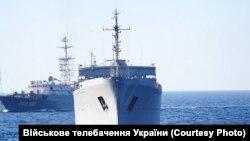 Разведывательный корабль «Приазовье» проекта «864» ЧФ России (на заднем плане) во время спецоперации ВМС Украины в Азовском море