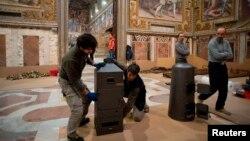 У Сикстинській капелі Ватикану, де засідають конклави, робітники готують печі, які мають повідомляти про результати голосувань кольором диму з димаря – сірим про невдачу, білим про обрання нового папи, 6 березня 2013 року