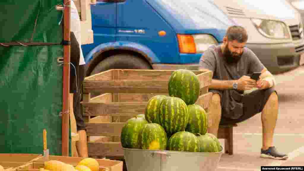 За арбуз из-под Джанкоя просят 30 рублей за килограмм. В это же самое время в 2019 году сладкая ягода стоила на 10 рублей дешевле, рассказывает продавец