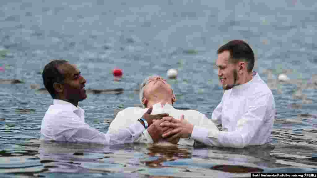 До води першими заходять пастори, а далі ті, кого хреститимуть