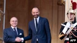 Эдуард Филипп (справа) улыбается после своего назначения новым премьер-министром Франции. Париж, 15 мая 2017 года.