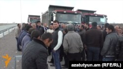 Armenia - Farmers in Ararat province block a highway to demand payment for grapes purchased from them, 31Mar2016.