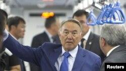 Президент Казахстана Нурсултан Назарбаев в алматинском метро. 2 августа 2011 года.
