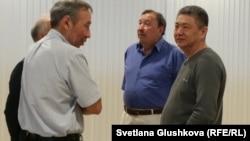 Ержан Утембаев (второй справа), бывший руководитель аппарата сената парламента Казахстана, признанный судом причастным к убийству Сарсенбаева. Астана, 28 мая 2015 года.