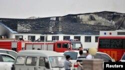 Пожарные машины и бригады спасателей на месте пожара на предприятии по забою мяса птицы. Провинция Цзилинь Китая, 3 июня 2013 года.