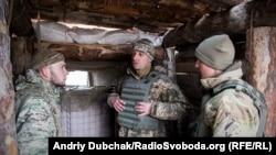 Дмитро Делятицький (у центрі) слухає доповідь матроса морської піхоти про ситуацію на передовій