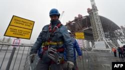 Корҳо ҳангоми бардоштани сарпӯши реактори Чернобил