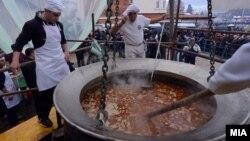 Охрид се обидува да влезе во Гинисовата книга на рекорди со приготвени 3,3 тона рибина чорба.