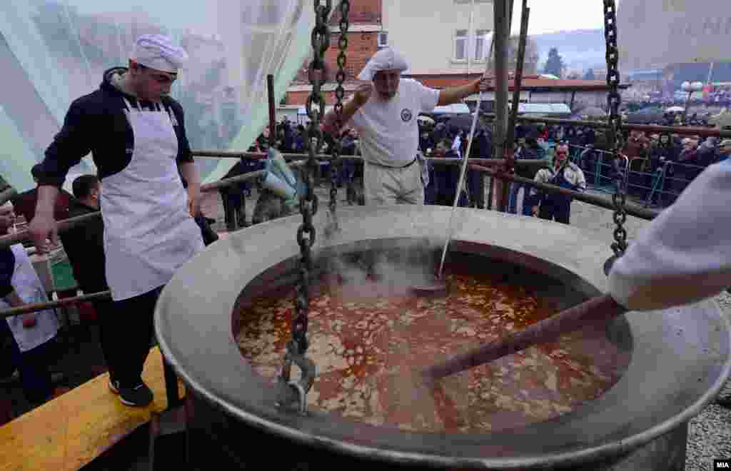 Cooks in the Macedonian city of Ohrid attempted to enter the Guinness Book of World Records by cooking 3 tons and 300 kilograms of fish stew. The stew was cooked by teachers and students of the catering school Vanco Pitoseski. (MIA)