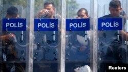 Поліцейські біля входу в парк Таксім-Ґезі у Стамбулі, 17 червня 2013 року