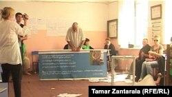 На одном участке в Анаклия родственники пропавшего без вести два года назад Гогиты Абуладзе сорвали голосование – устроили дебош, разбив при этом избирательную урну