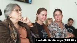 Лингвист Елена Кара-Мурза, Светлана Прокопьева и ее адвокат Татьяна Мартынова в зале суда