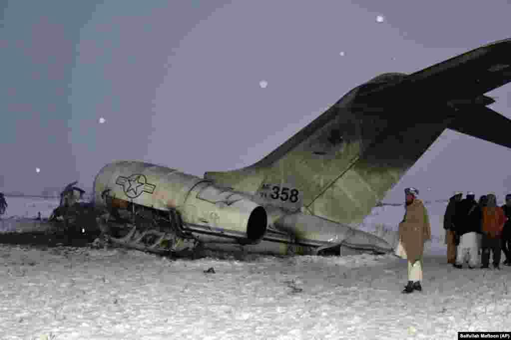 Мясцовыя жыхары разглядаюць амэрыканскі вайсковы самалёт, які разьбіўся ў правінцыі Газьні ў Аўганістане, 27 студзеня.