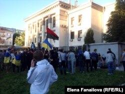 Люди протестуют перед зданием посольства России. Киев, 15 июня 2014 года.