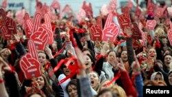 İstanbulda qadınlara qarşı zorakılıq əleyhinə nümayiş, arxiv foto