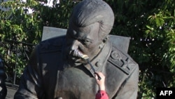 """В Ливадии скульптор делает поправки к фрагменту памятника лидерам """"Большой тройки"""", изображающему Сталина"""