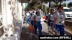 Участники массовок, Ашхабад (архивное фото)