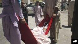 انتقال یکی از قربانیان انفجار جادهای هرات به بیمارستان