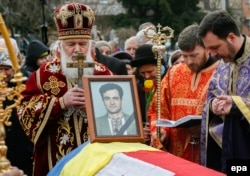Orthodox priests stand next to a coffin containing the body of opposition journalist Heorhiy Gongadze, who was killed in 2000 but not laid to rest until earlier this year.