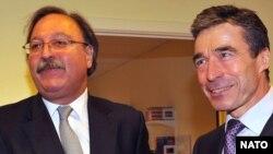НАТОнун баш катчысы Андерс Расмуссен (оңдо) Грузиянын тышкы иштер министри Григол Вашадзе менен жолугушту. Брюссел, 3-декабр, 2009-ж.