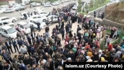 Люди стоят в очереди, чтобы купить Коран, впервые изданный в Узбекистане. Ташкент, март 2018 года.