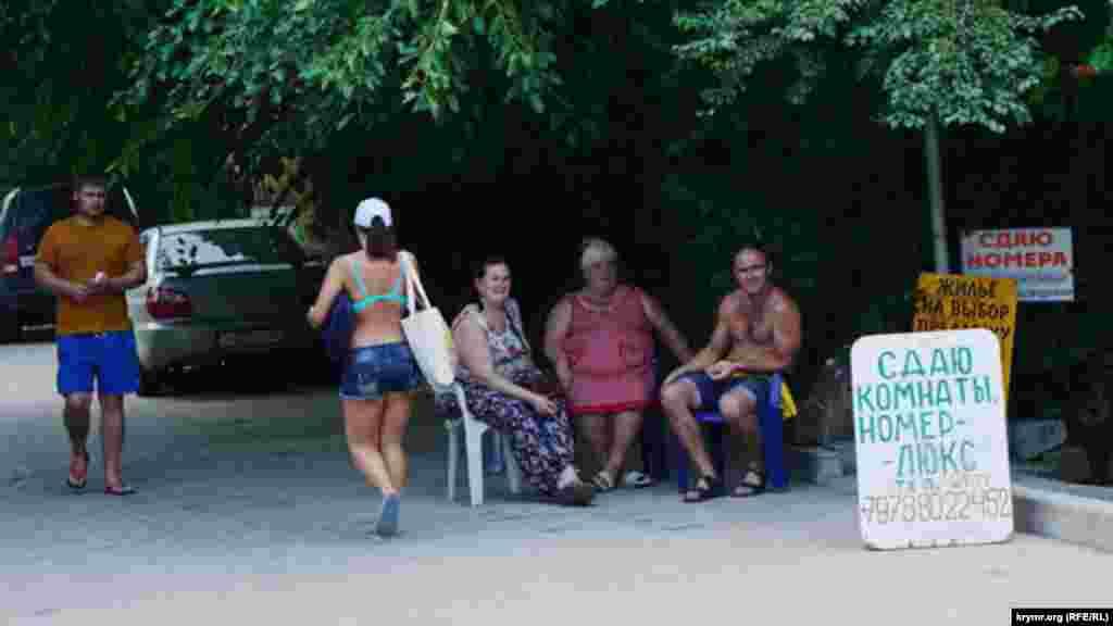 Місцеві жителі пропонують гостям селища різне житло. Є навіть кімнати люкс із Wi-Fi
