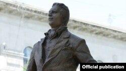 Памятник Рашиду Бейбутову
